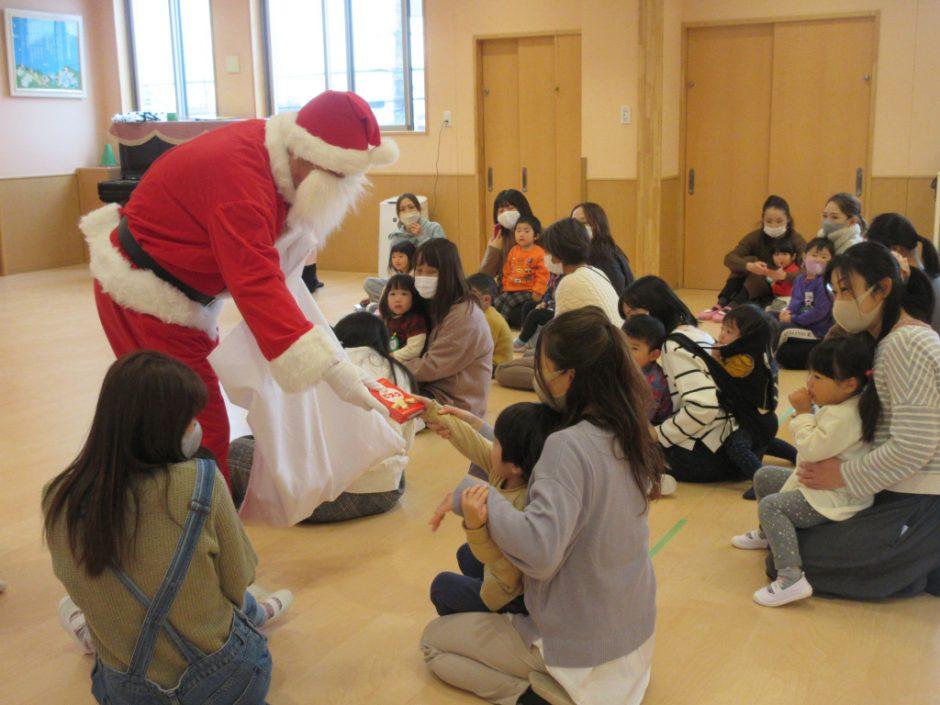 バンビクラブ クリスマス会 サンタさんからお菓子のプレゼントです☆