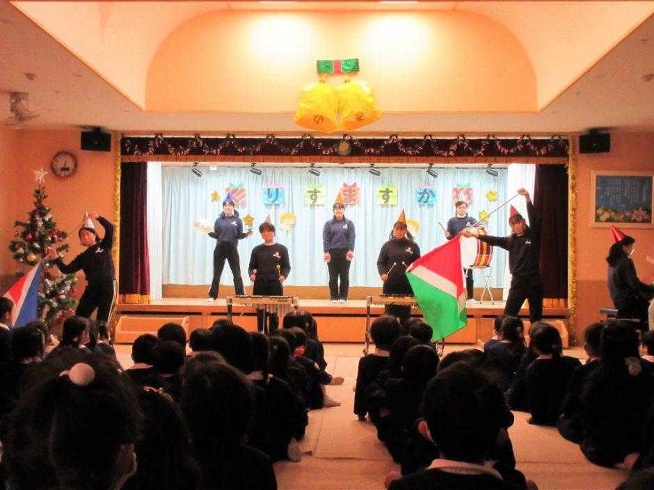 幼稚園部 クリスマス会 先生たちの合奏「赤鼻のトナカイ」「紅蓮華」♪