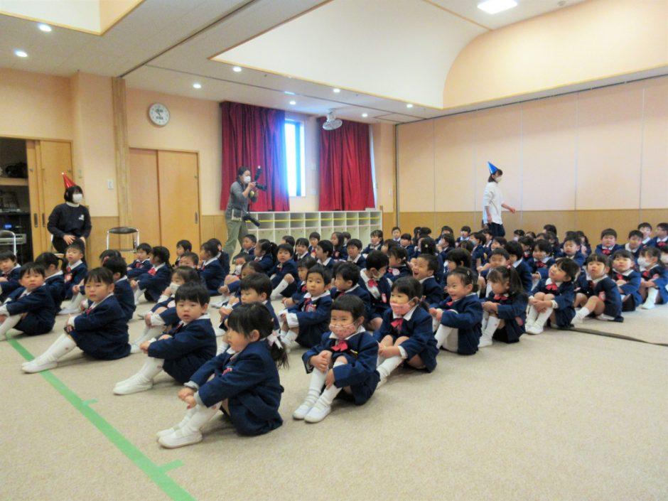 幼稚園部 クリスマス会 今年は、クリスマス会もコロナ対策として2部制で行いました。きちんと整列して幼稚園部のみんなすごいですね♪