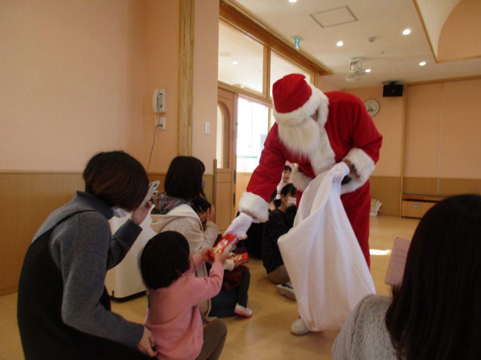 バンビクラブ クリスマス会 サンタさんからのプレゼントに少しドキドキ⁈