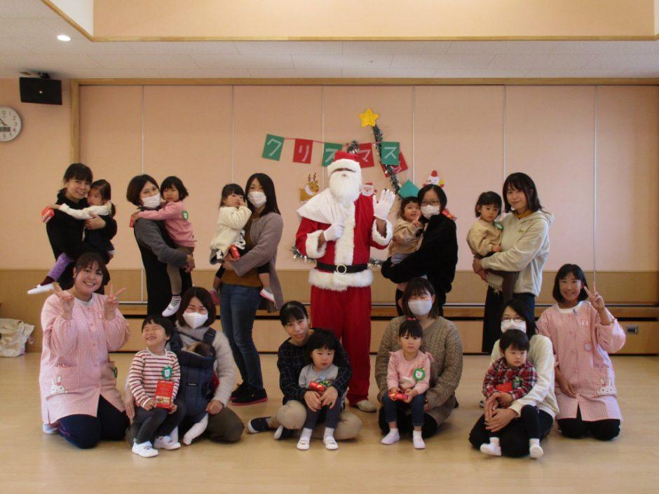 バンビクラブ クリスマス会 サンタさんと一緒に記念写真です♪