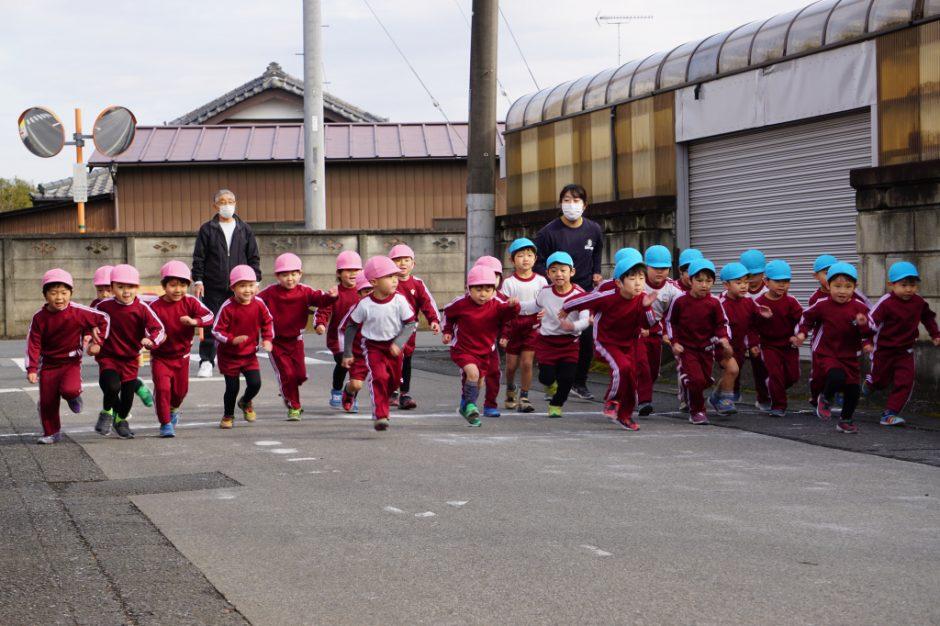 マラソン大会 続いて、年中男の子スタートです!! お父さんお母さんの応援でいつもより早く走れそうですね!