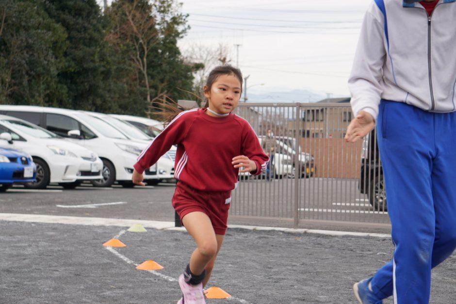 マラソン大会 あっという間に園庭まで走ってきてくれました! 年長さん女の子1番です!