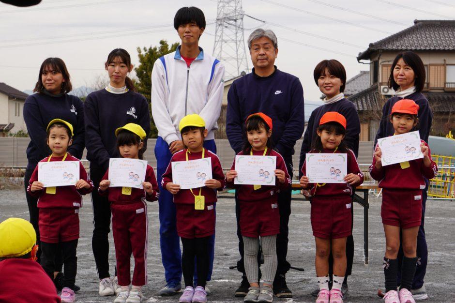 マラソン大会 年長さん女の子の表彰式です! 本気で走っている姿に、先生たちも感動をもらいました!
