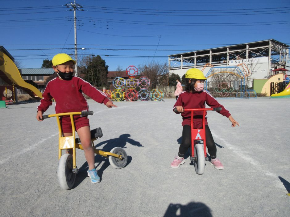 1月 交通安全指導 自転車に乗って、横断歩道を渡る練習です!しっかり指差し確認してから渡りましょうね!