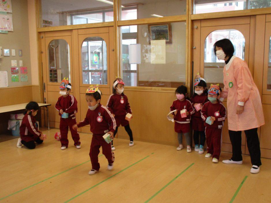 豆まき大会 ももぐみさん、明美先生に励ましてもらって立ち向かいにいきます!
