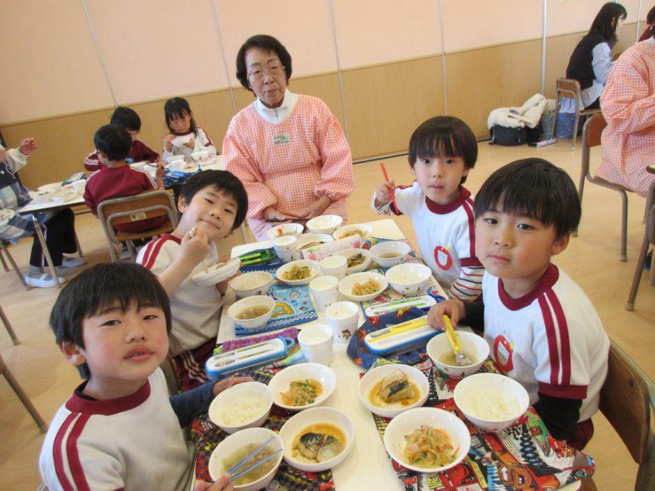 年長会食 元気いっぱいの男の子チームとお話し上手な梅子先生♪