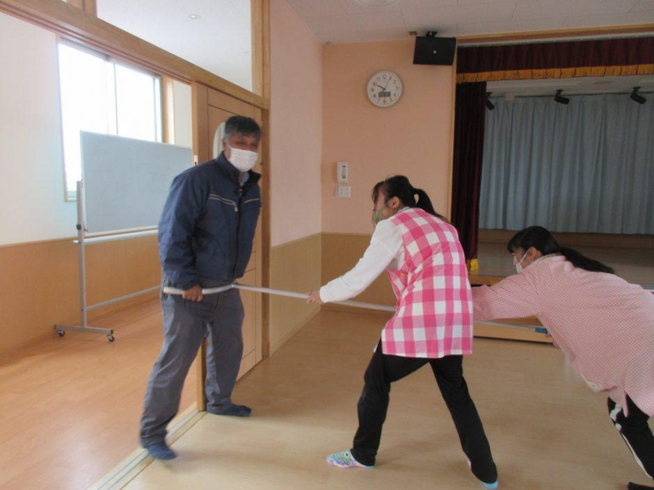 3月 避難訓練 先生たちの無事取り押さえました! 不審者役の先生もおつかれさまでした♪