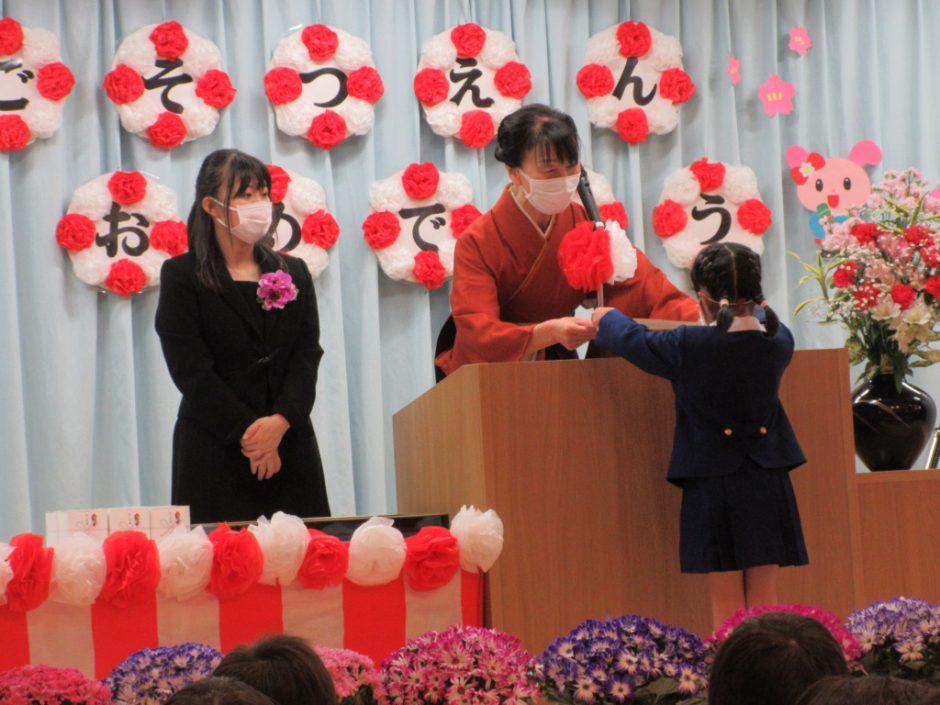 令和2年度 卒園式 3月20日、令和2年度の卒園式がとり行われました。元気に白百合を巣立つ、60名の年長さんです。みんな大きくなりました!