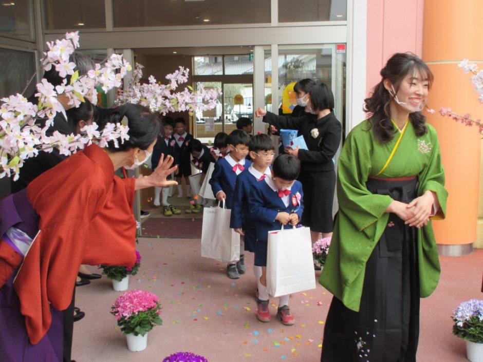 令和2年度 卒園式 先生と保護者の方で作った花道で最後のお見送り。皆さん、卒園おめでとうございます!