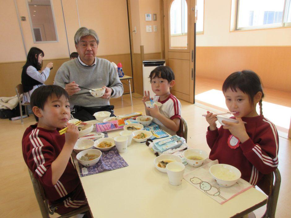 年長会食 もうすぐ卒園になる年長さん☆ 今日はきく組さん、ばら組さんで給食を一緒に食べました。理事長先生と☆彡