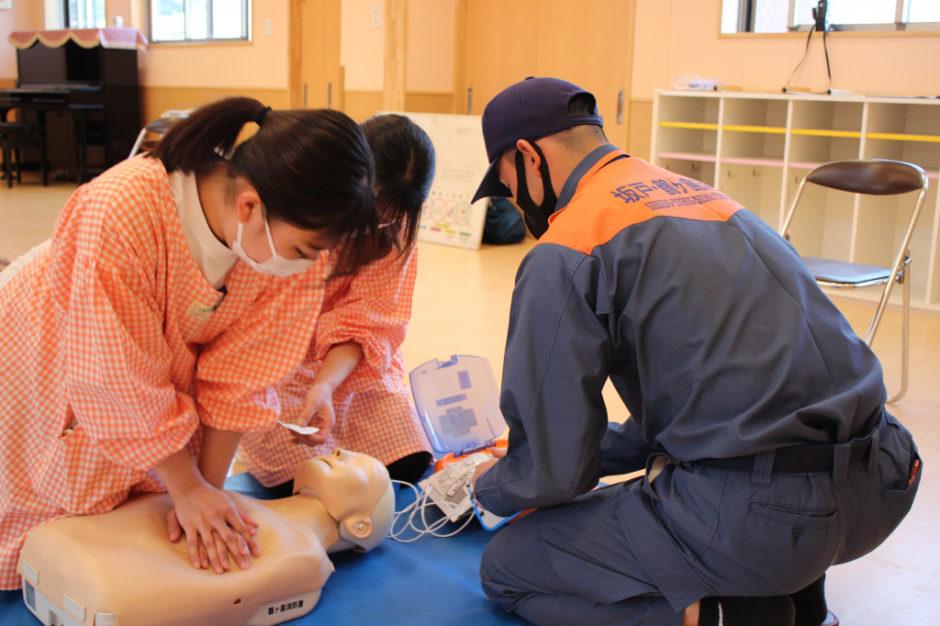 救急講習 心臓マッサージもやり方が合っているか確認しながらしっかり学びます!