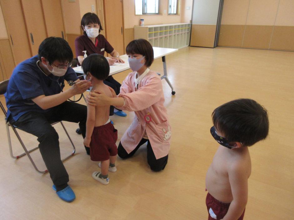内科検診 年少さんは初めての検診です。次のお友達がじっと見つめていますね(^^)