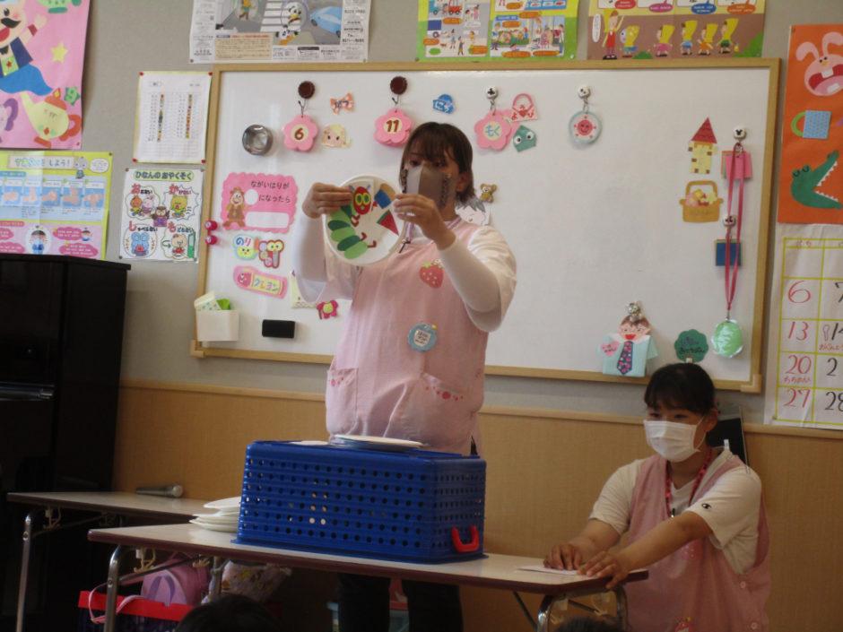6月お誕生会 先生からの出し物は、紙皿シアター「はらぺこあおむし」。絵本で読むのとはまた違う楽しさです(≧▽≦)