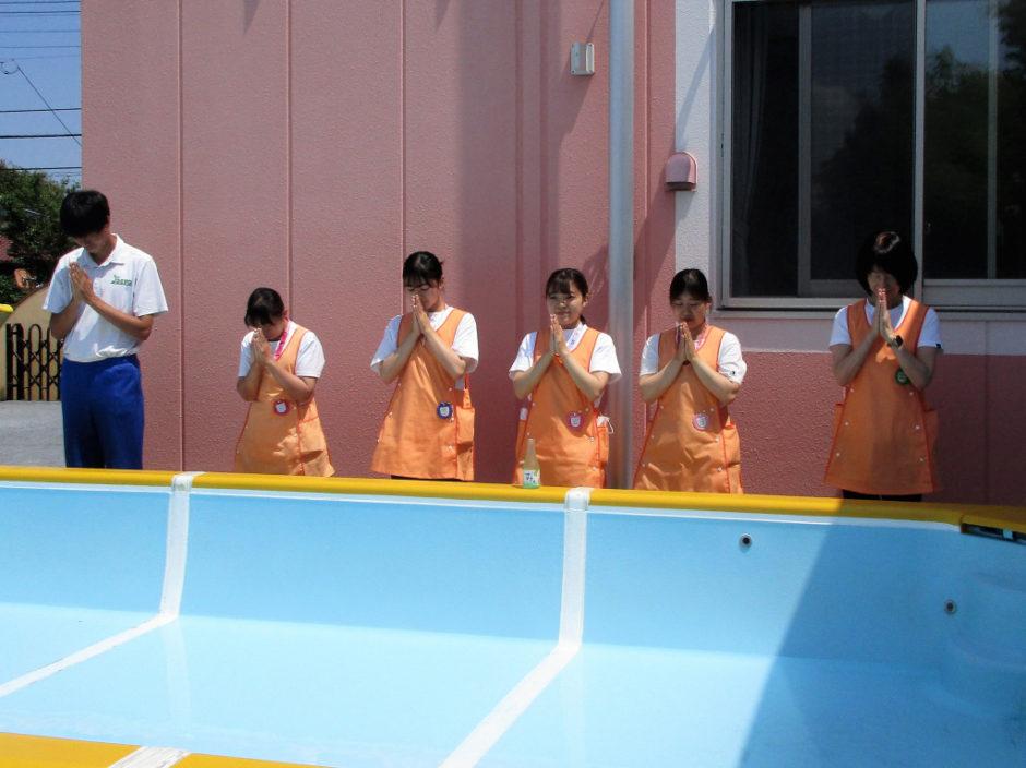 6月15日 プール開き 園長先生、岡﨑先生をはじめ先生方によるお清めです。 職員一同、事故怪我のないよう努めます。