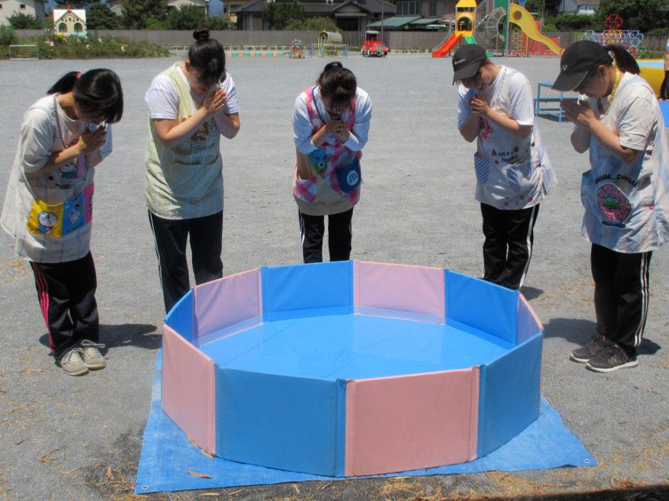 6月15日 プール開き 保育園部さんでもプール開きが行われました(≧▽≦) 先生方によるお清めです!