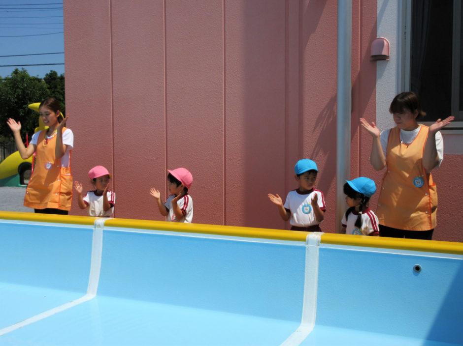 6月15日 プール開き 続いて年中の代表さんです(*^▽^*) 手についたお塩をきちんと手をたたいてプールに入れ、二拍手もとっても上手です♪