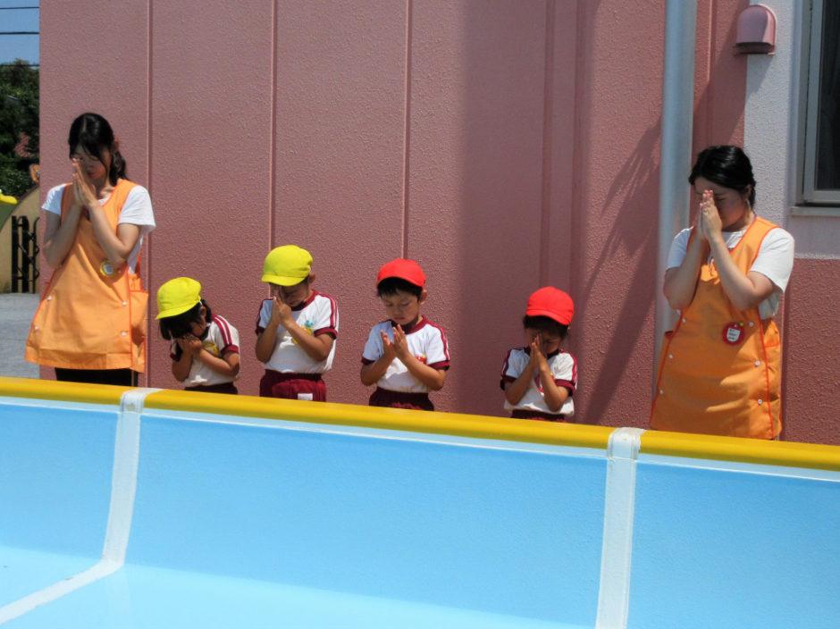 6月15日 プール開き 最後は年長の代表さん(^^♪ とても姿勢よくしっかりお祈りします(*^▽^*)