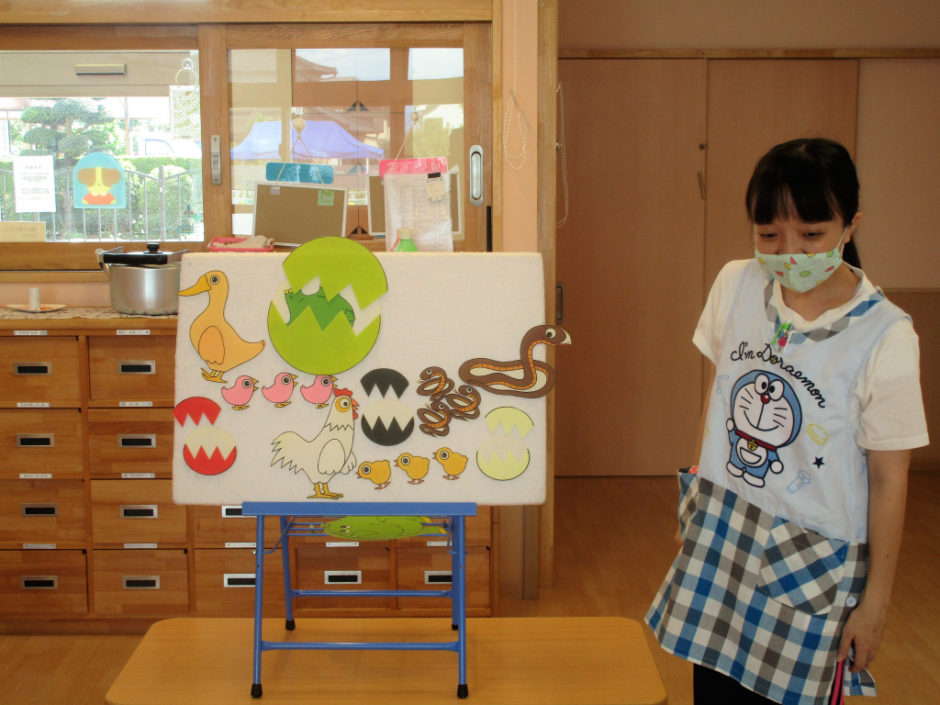 8月 保育園部お誕生会 先生の出し物はパネルシアター「たまご」 色々なたまごが登場しました♪