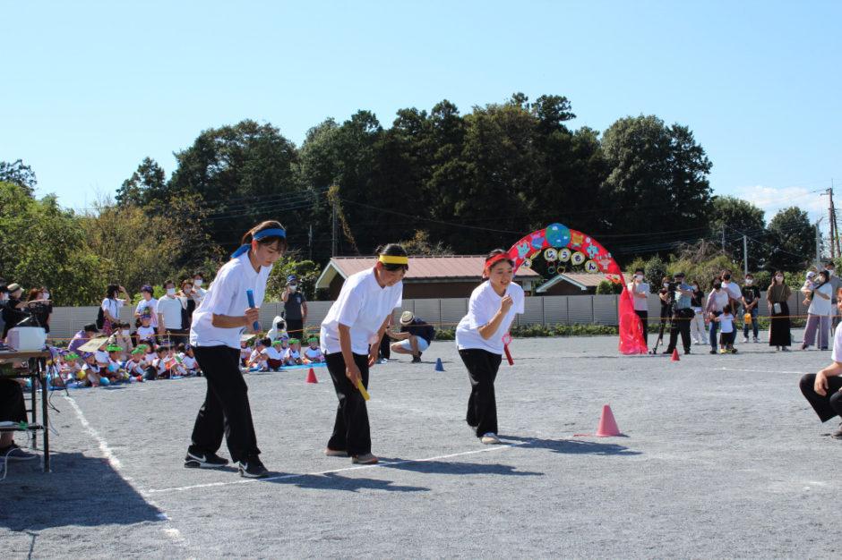 10月2日 運動会 年少ぐみ 年少ぐみさんの時間帯で、サプライズの先生のリレーを行いました! 先生たち頑張れ~