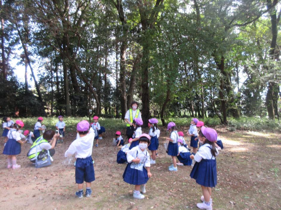 10月 お誕生会 お散歩で日枝神社に行ってきました♪ 遊具やどんぐりを拾って遊びました(^^)/
