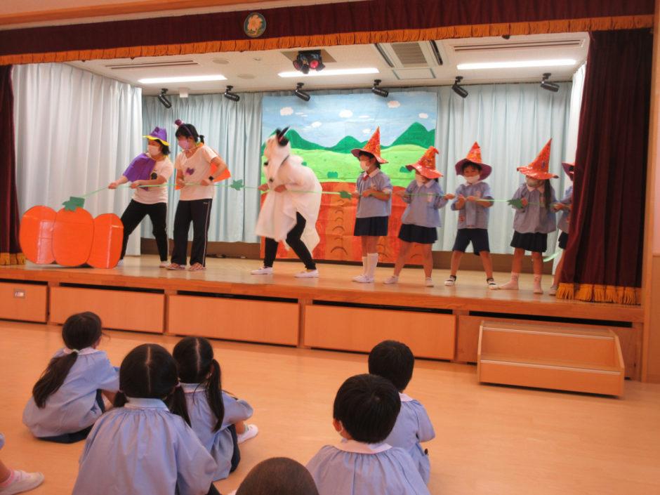 10月 お誕生会 出し物は劇「大きなかぼちゃ」 魔女さんと妖精さんとおばけさん、それに今月誕生日のお友達が力いっぱい引き抜きました(^_-)-☆