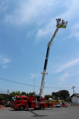 防火講習 平成26年度 はしご車って高いね~~!乗っているのは園長先生です!