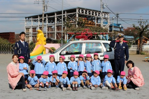 11月11日に交通安全教室が開かれました! パトカーの前でパチリ!! もも2くみ