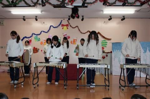平成25年度 クリスマス会 今日は、先生たちから子どもたちへ発表のプレゼント!!まずは、「合奏」です!