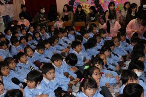 観劇会 父母会後援の観劇会が開かれました。子どもたちもお待ちかね!!