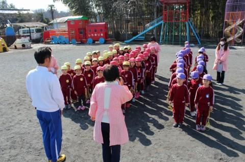 なわとび大会(年長・平成25年度) 雪の影響で延期されていた『なわとび大会』が3月4日(火)に行われました!園長先生のあいさつにちょっぴり緊張気味の子どもたち・・・。