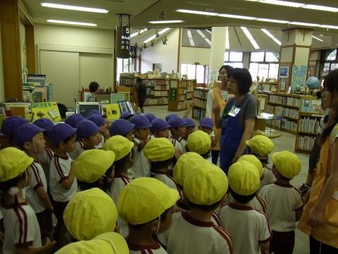 お泊り保育(2) 図書館の方から本のことや図書館についていろんなお話を聞きました
