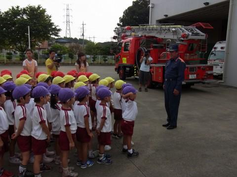 お泊り保育(2) 次は、消防署の見学です!