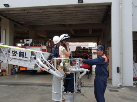 お泊り保育(2) みんなを代表してかなこ先生がはしご車に挑戦!