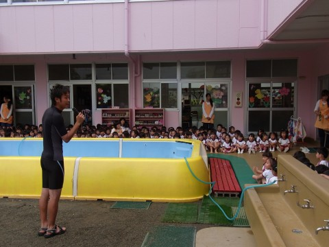 プール開き 体操の先生からプールについての諸注意を聞きます