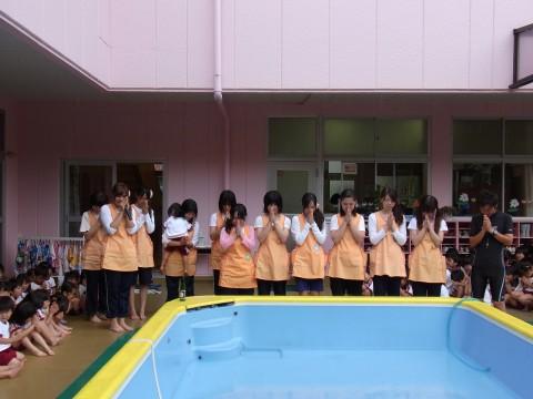 プール開き 最後に先生たちもプールの無事故を祈ります