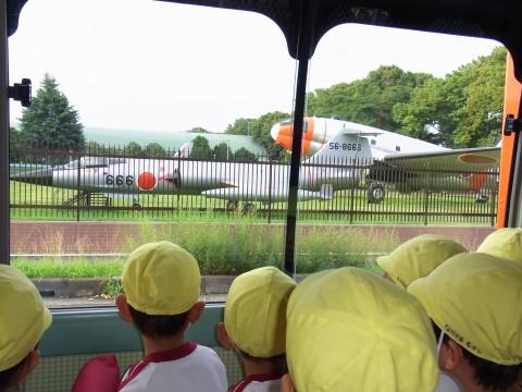 お泊り保育(年長きく) プラネタリウムの帰りに入間基地の飛行機を見ました!