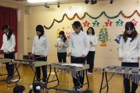 """クリスマス会 最初の発表は先生全員による""""合奏""""です"""
