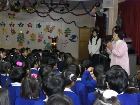 クリスマス会 今日は、みんながお客さん!!先生たちが出し物をいっぱいしてくれます。