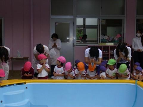 プール開き 園児代表によるお清めと安全祈願・・・。